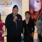 Peruana ostenta Record Guiness por haber teñido el cabello a 100 personas en 24 horas
