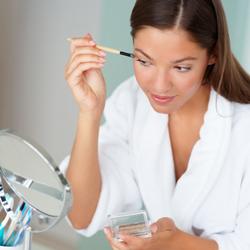 Una mujer destina parte de su sueldo a maquillaje.
